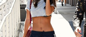 chandal-+-crop-top-o-el-mix-favorito-de-emily-ratajkowski-(asi-se-lleva)